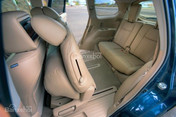 Hàng ghế sau của Nissan Pathfinder 2015 có thể gập linh hoạt.