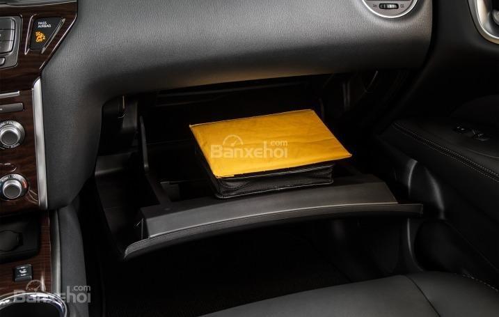 Hộc đựng giấy tờ trên Nissan Pathfinder 2015.