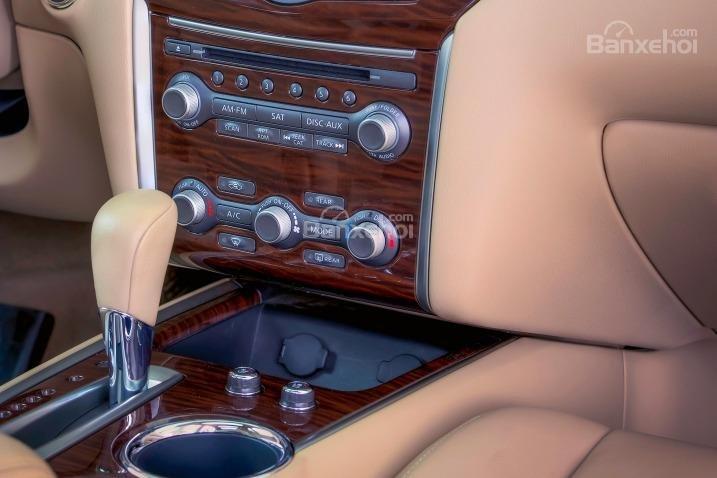 Các nút điều chỉnh hệ thống giải trí trên Nissan Pathfinder 2015.