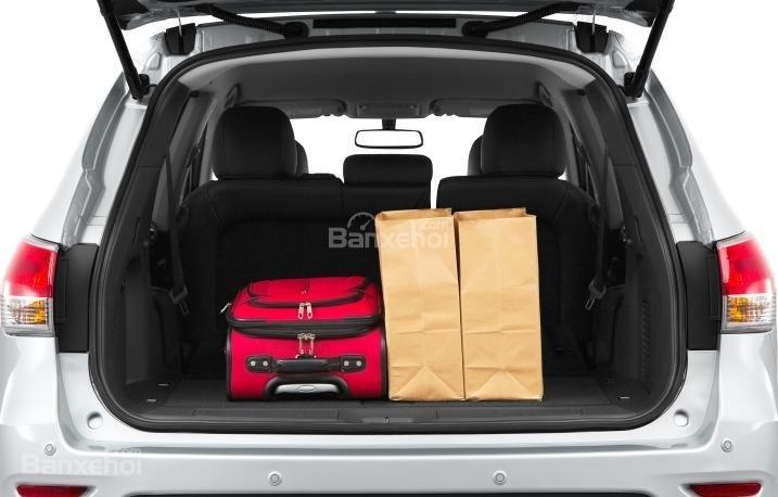 Khoang chứa đồ của Nissan Pathfinder 2015 khá khiêm tốn.