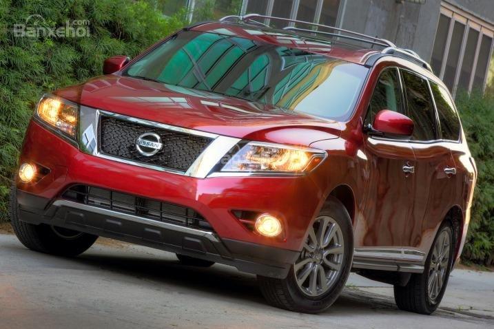 Đầu xe Nissan Pathfinder 2015 gây ấn tượng mạnh với những đường vát cong mềm mại.