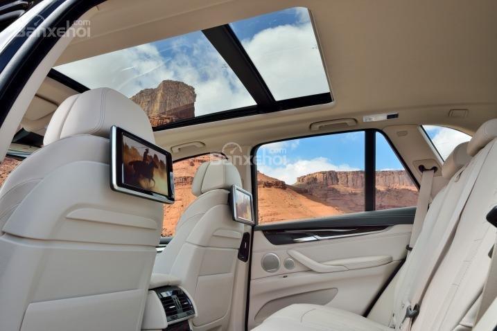 Hàng ghế thứ 1 và thứ 2 của BMW X5 2015 có không gian để chân rộng rãi.