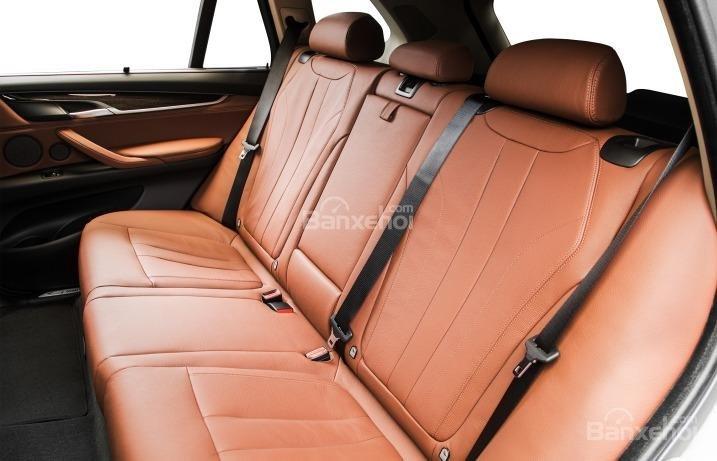 Hàng ghế thứ 3 của BMW X5 2015 có thể gập linh hoạt.