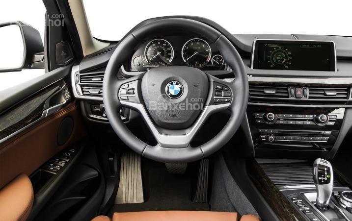 Vô-lăng của BMW X5 2015.