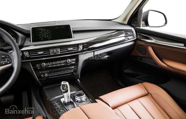 Bảng điều khiển trung tâm hiện đại của BMW X5 2015.