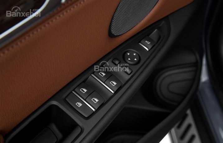 Nút điều khiển chức năng trên cửa xe của BMW X5 2015.