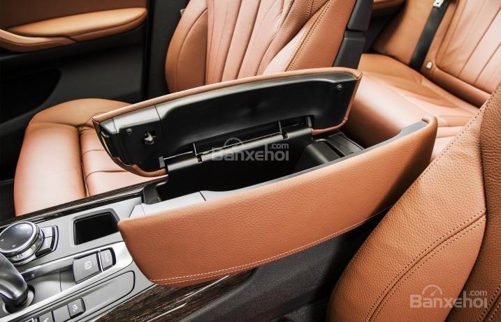 Hộc chứa đồ tiện dụng trên tựa tay của BMW X5 2015.
