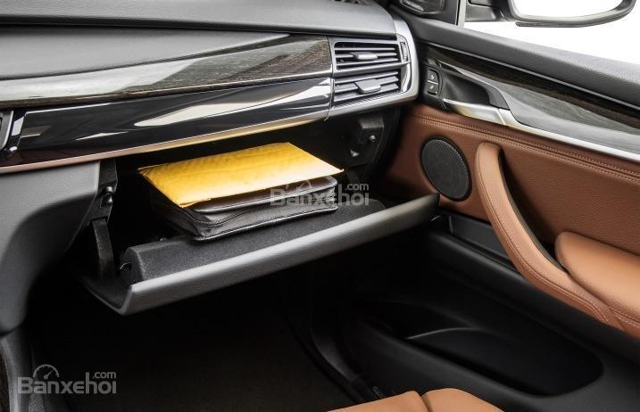Hộc chứa đồ tiện dụng của BMW X5 2015.
