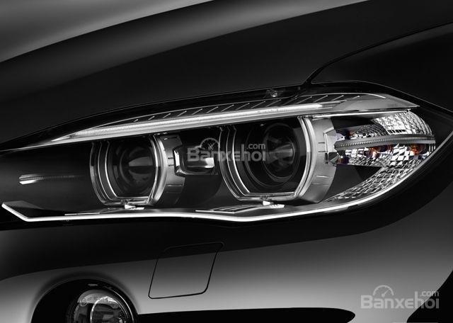 Cụm đèn pha của BMW X5 2015 được thiết kế ấn tượng.