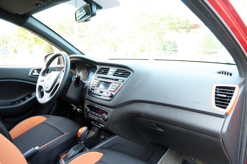 Bảng điều khiển của Hyundai i20 active được thiết kế đơn giản, hướng đến người dùng.