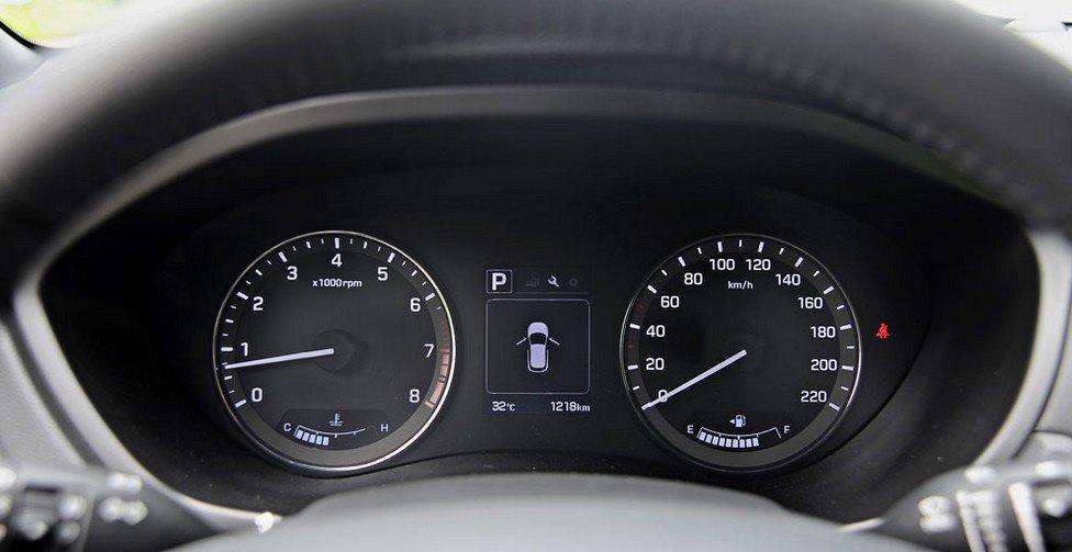 Bảng đồng hồ lái của Hyundai i20 active.