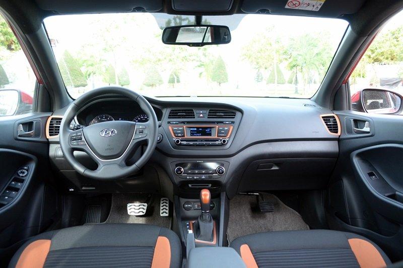 Nội thất của Hyundai i20 Active có màu đen chủ đạo, điểm màu vàng bắt mắt.