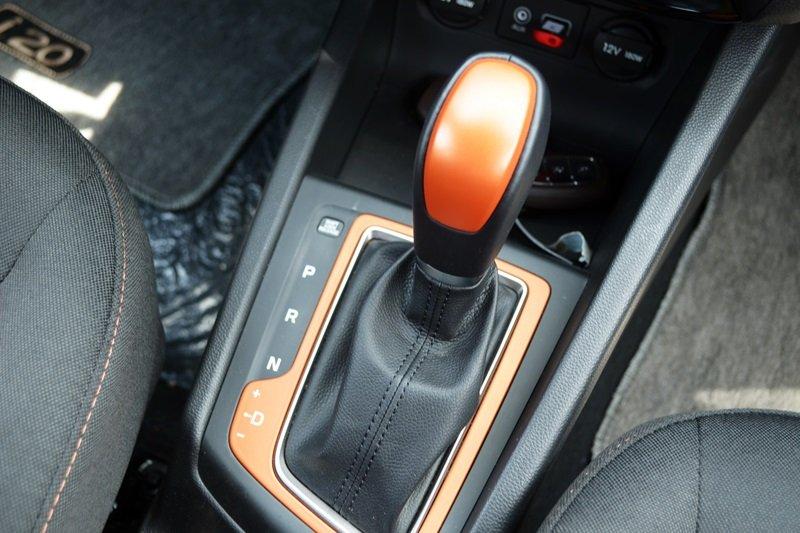 Cần sang số của Hyundai i20 active.