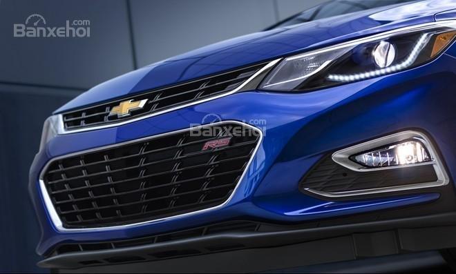 Chevrolet Cruze 2016 sở hữu lưới tản nhiệt lớn với các nan thưa.