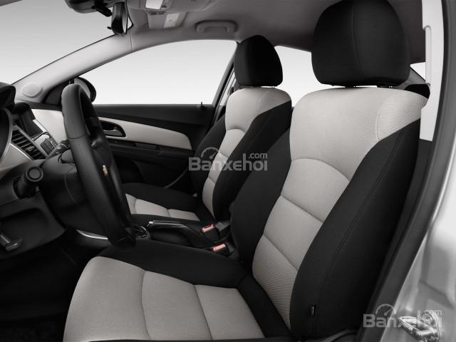 Ghế ngồi của Chevrolet Cruze 2016 được thiết kế thể thao.