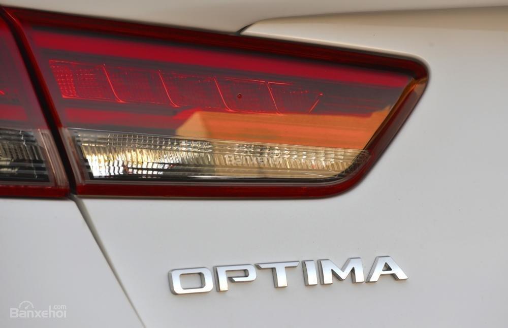 Đuôi xe Kia Optima 2016.