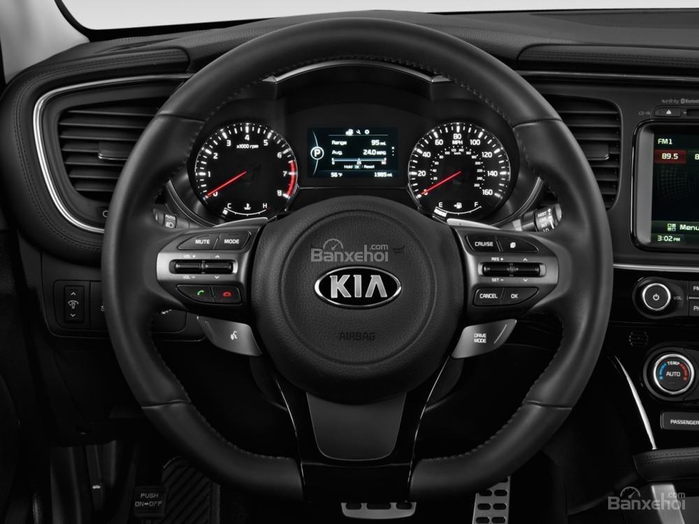 Đánh giá xe Kia Optima 2016: Vô-lăng được tích hợp các nút bấm điều chỉnh âm thanh.