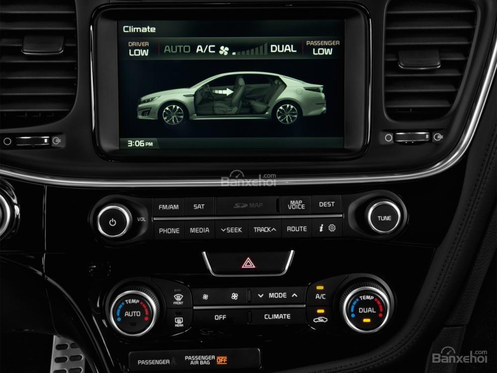 Kia Optima 2016 được trang bị hệ thống giải trí UVO và màn hình 8 inch.