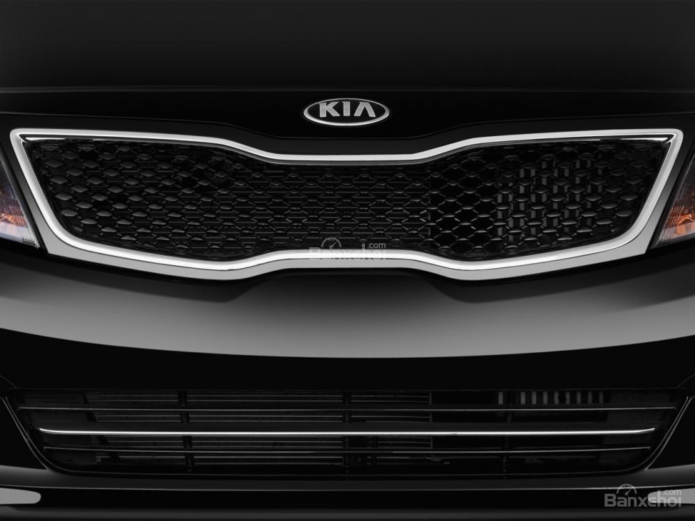 Lưới tản nhiệt của Kia Optima 2016 có hình mũi, bọc crom đặc trưng.