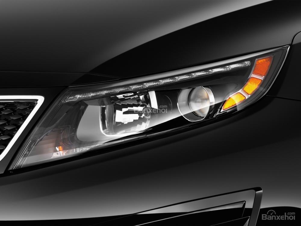Cụm đèn pha của Kia Optima 2016 có mí dạng LED.