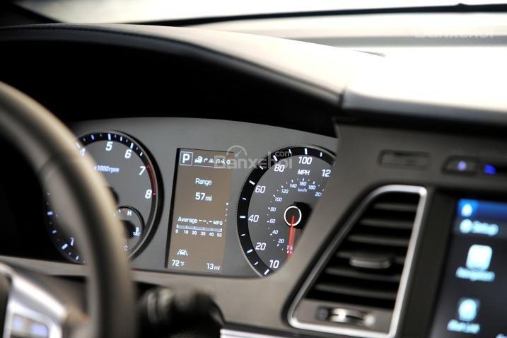Bảng đồng hồ lái của Hyundai Sonata 2015.