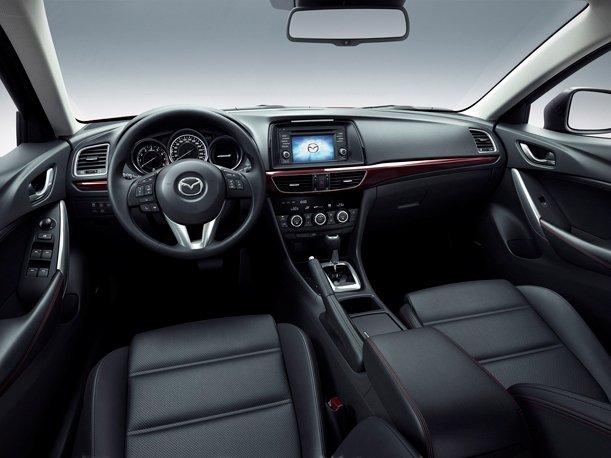 Nội thất của Mazda6 2014 khá đơn giản.