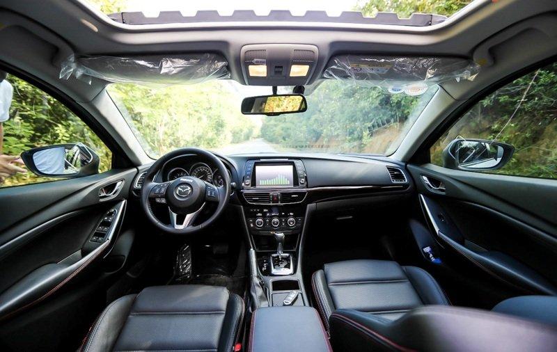 Khoang cabin của Mazda6 2014 khá đơn giản.