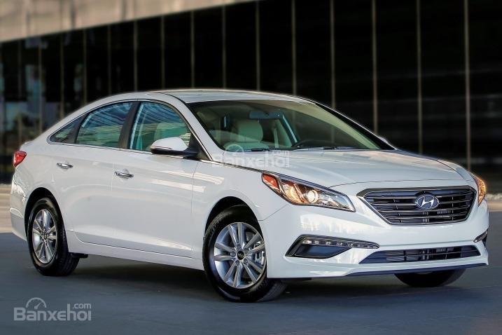 Hyundai Sonata 2015 sở hữu vẻ già dặn và lịch lãm.