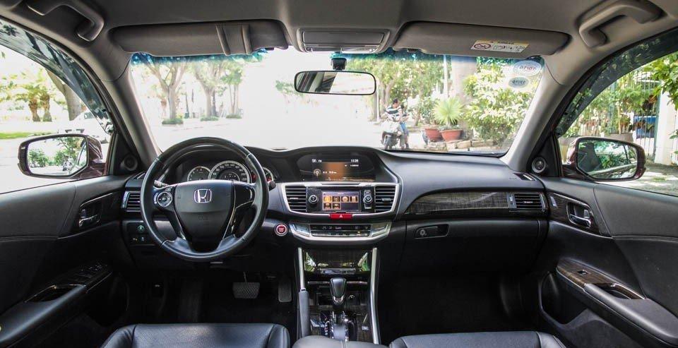 Honda Accord 2015 sở hữu không gian nội thất rộng hơn Camry 2015.