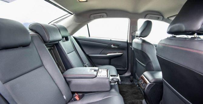 Không gian để chân hàng ghế sau của Toyota Camry 2.5Q 2015.