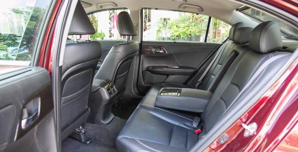 Không gian để chân ở các hàng ghế của Honda Accord rộng rãi hơn.