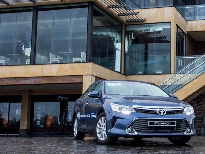 Toyota Camry 2015 có lợi thế về giá bán.