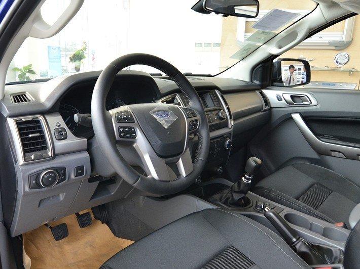 Không gian ghế ngồi trước của Ford Ranger 2016.