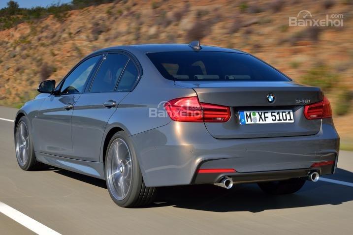 Đuôi xe có nhiều chi tiết, công nghệ mới gây ấn tượng mạnh cho những người đánh giá xe BMW 3 Series 2016