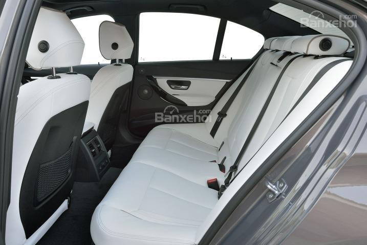 Đánh giá xe BMW 3-Series 2016: Không gian để chân ở hàng ghế sau rộng rãi.