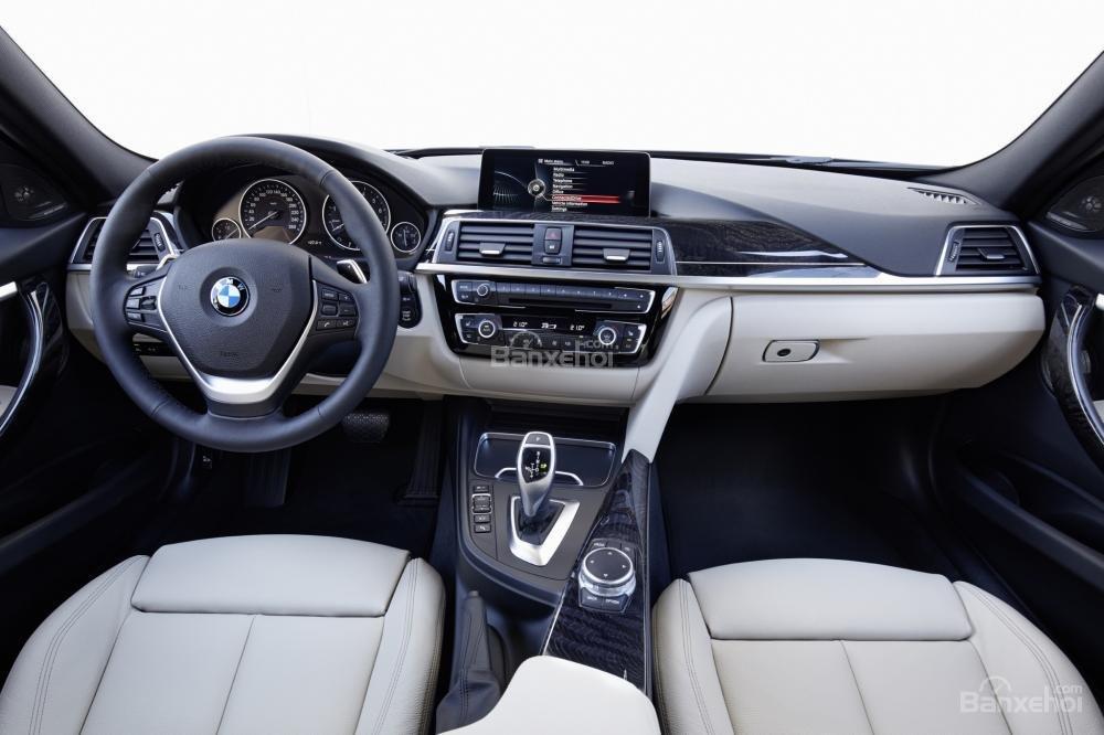 Các ghế ngồi của BMW 3 Series 2016 được thiết kế thể thao mang lại cảm giác thoải mái cho người dùng.