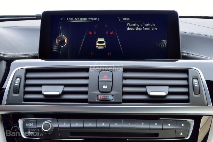 BMW 320i 2016 được trang bị màn hình hiển thị 6,5 inch.
