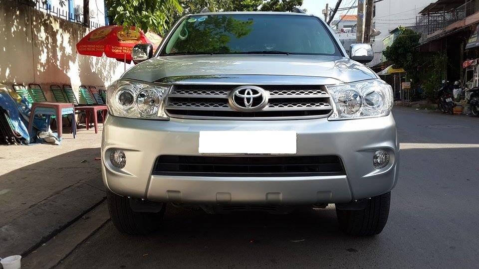 Gia đình cần bán Toyota Fortuner V 2012 phiên bản 2 cầu màu ghi bạc-0