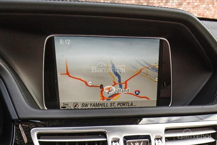 Đánh giá xe Mercedes E-Class 2016: Xe được trang bị màn hình HD cùng những công nghệ thông minh.