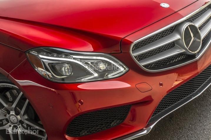 Đánh giá xe Mercedes E-Class 2016: Cụm đèn pha được thiết kế góc cạnh.