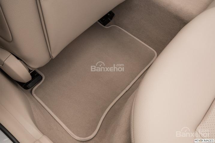 Đánh giá xe Mercedes E-Class 2016: Không gian để chân ở hàng ghế sau.