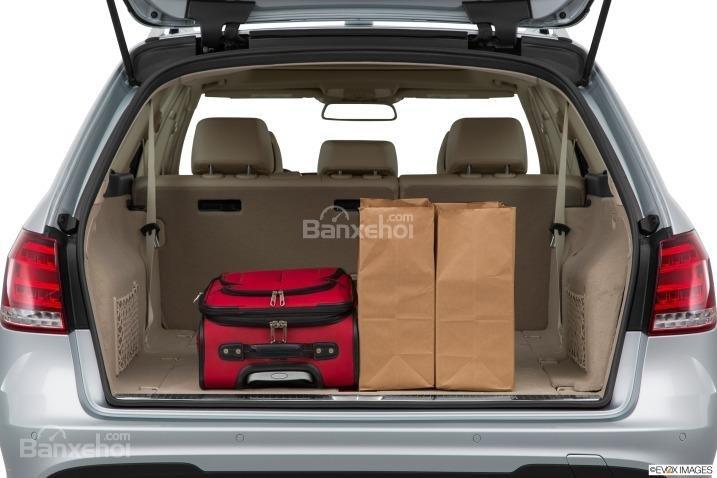 Đánh giá xe Mercedes E-Class 2016: Không gian khoang chứa đồ tương đối rộng rãi.