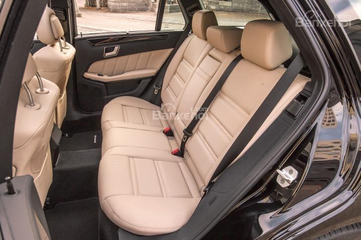 Đánh giá xe Mercedes E-Class 2016: Hàng ghế sau.