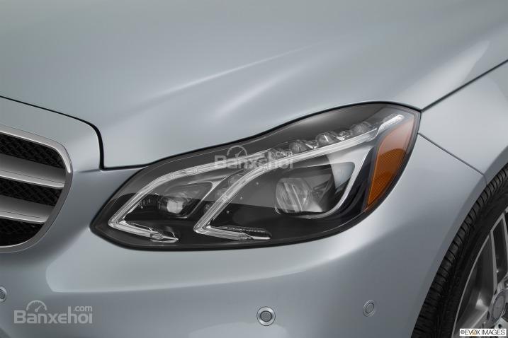 Đánh giá xe Mercedes E-Class 2016: Cụm đèn pha 84 bóng hiệu suất cao.