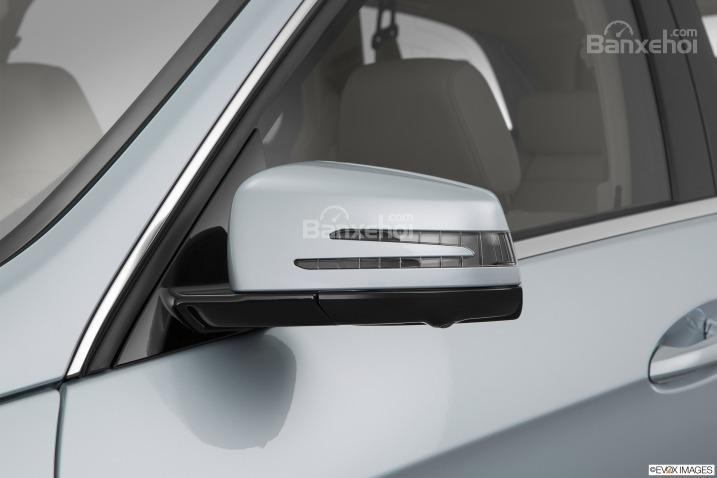 Đánh giá xe Mercedes E-Class 2016: Gương chiếu hậu được thiết kế độc đáo.