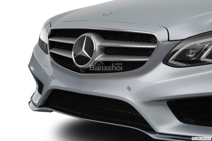 Đánh giá xe Mercedes E-Class 2016: Lưới tản nhiệt có các thanh ngang mạnh mẽ.
