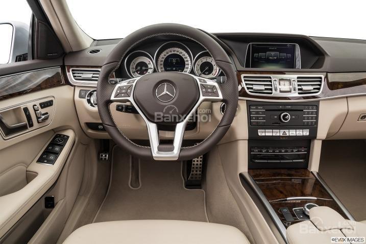 Bảng điều khiển trung tâm của Mercedes E-Class 2016 có nhiều thay đổi so với phiên bản hiện tại