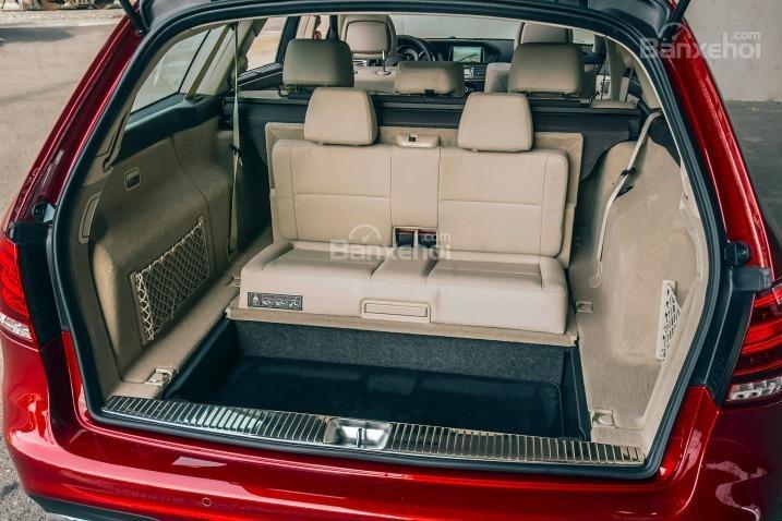 Đánh giá xe Mercedes E-Class 2016: Không gian chứa đồ khi gập hàng ghế sau.