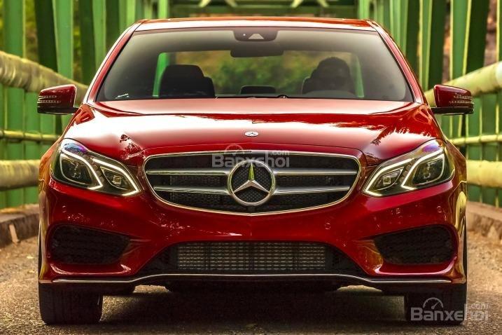 Đánh giá xe Mercedes E-Class 2016: Đầu xe có nhiều thay đổi với cụm đèn pha LED 84 bóng.