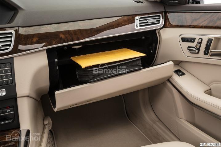 Đánh giá xe Mercedes E-Class 2016: hộc để giấy tờ xe.